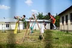 Дети на качаниях Стоковые Изображения RF