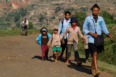 Дети на дороге к школе Стоковые Фотографии RF