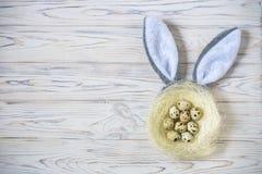 Дети на пасхальном яйце охотятся в зацветая саде весны Дети ища для красочных яичек в луге цветка Мальчик малыша и его brot Стоковая Фотография