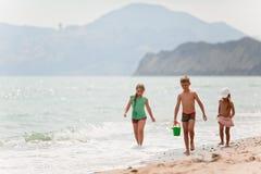 Дети на пляже Стоковые Изображения RF