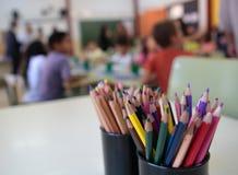 Дети на предпосылке запачканной школой стоковая фотография
