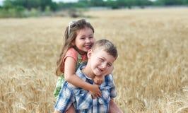 Дети на прогулке в поле пшеницы стоковая фотография