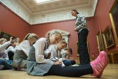 Дети на путешествии в Национальном музее русского искусства Стоковые Фотографии RF