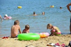 Дети на пляже в песке морем Стоковые Изображения RF