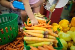 Дети на рынке Стоковые Изображения