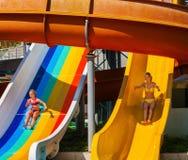 Дети на скольжении на аквапарк Стоковые Изображения