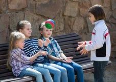 Дети на стенде играя с шариком Стоковые Изображения