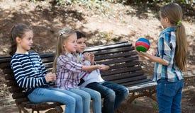 Дети на стенде играя с шариком Стоковые Изображения RF