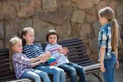 Дети на стенде играя с шариком Стоковая Фотография RF