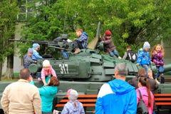 Дети на танке T-72 Стоковые Изображения