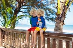 Дети на тропическом пляже Ребенок на летних каникулах стоковые изображения rf