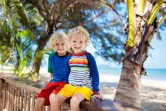 Дети на тропическом пляже Ребенок на летних каникулах стоковое фото