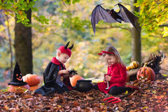 Дети на фокусе или обслуживании хеллоуина Стоковые Фотографии RF