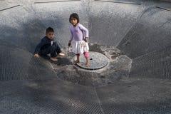Дети на фонтане стоковые изображения rf