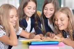 Дети на школе в уроках стоковые изображения