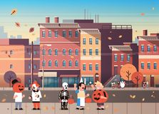 Дети нося извергов костюмируют идя фокусы предпосылки городского пейзажа концепции праздника городка или шарж хеллоуина обслужива иллюстрация штока