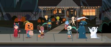 Дети нося костюмы извергов идя в фокусы городка или концепцию праздника знамени хеллоуина обслуживания счастливую бесплатная иллюстрация