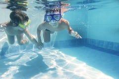 Дети ныряя под водой в гуглят Стоковое Изображение