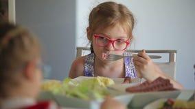 Дети обедают гриль сосиски с картошками видеоматериал