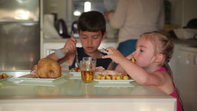 Дети обедают цыпленок с картошками видеоматериал