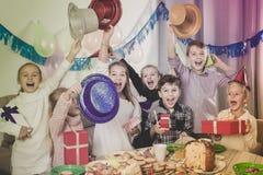 Дети обменивая настоящие моменты на партии Стоковое фото RF