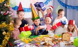 Дети обменивая подарки рождества Стоковые Фото