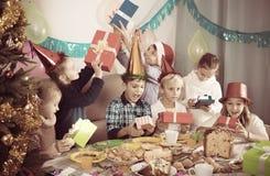 Дети обменивая подарки рождества Стоковая Фотография