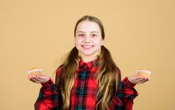 Дети обожают булочки Преследованный с домодельной едой Питание и калория диеты здоровые Yummy булочки Ребенок девушки милый стоковые изображения