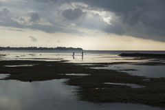 Дети облегчили лучем солнца в воде на воздухе Gili, Lombok, Индонезии Стоковое фото RF