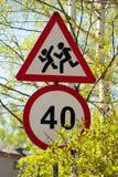 Дети ограничения в скорости и опасности дорожных знаков Стоковые Фото