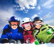 дети одевая лыжу стоковые изображения rf