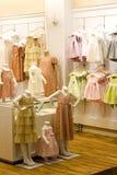 дети одевая магазин s Стоковые Изображения