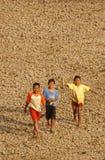 Дети около резервуара хранения Dawuhan, Wonoasri, Madiun стоковые изображения