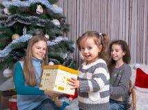Дети около рождественской елки с подарками для рождества Стоковая Фотография RF