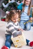 Дети около рождественской елки с подарками для рождества Стоковые Изображения RF
