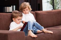Дети дома играя Стоковое Фото