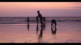 Дети отдыхают на пляже, Бали - Индонезии. сток-видео