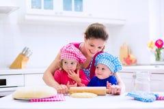 Дети печь в белой кухне Стоковая Фотография