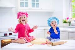 Дети печь пирог Стоковые Изображения RF