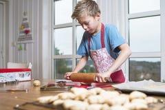 Дети печь пряник стоковые изображения rf