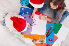 Дети писать письмо к santa, ожидание для рождества, взгляд сверху Стоковое Изображение
