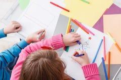 Дети писать письмо к santa, ожидание для рождества, взгляд сверху Стоковые Изображения