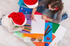 Дети писать письмо к santa, ожидание для рождества, взгляд сверху Стоковая Фотография RF