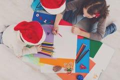 Дети писать письмо к santa, ожидание для рождества, взгляд сверху Стоковое фото RF