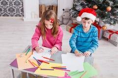 Дети писать письмо к santa, ожидание для рождества Стоковое Изображение RF