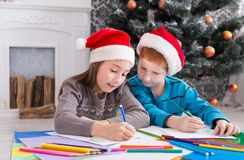 Дети писать письмо к santa, ожидание для рождества Стоковая Фотография RF