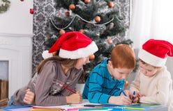 Дети писать письмо к santa, ожидание для рождества Стоковое Фото