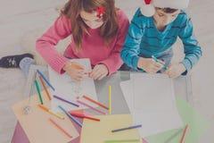 Дети писать письмо к santa, ожидание для рождества Стоковое Изображение