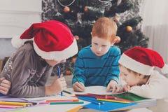 Дети писать письмо к santa, ожидание для рождества Стоковые Фотографии RF