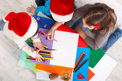 Дети писать письмо к santa, ожидание для рождества, взгляд сверху Стоковые Фото